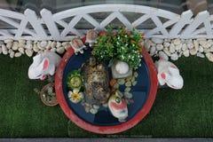 Lapins et amis de couples dans le jardin Vue de ci-avant Photos stock