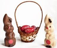 Lapins et oeuf de chocolat dans le panier image stock