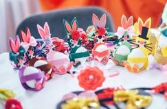 Lapins et oeufs de Pâques de décoration Image stock