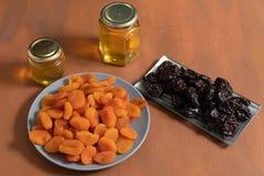 lapins, miel et prunes photographie stock libre de droits