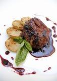 Lapje vlees in bosbessensaus Royalty-vrije Stock Afbeeldingen