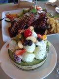 lapje vlees en fruitsalade Stock Fotografie