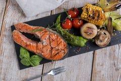 Lapje vlees geroosterde zalm met groenten Stock Foto