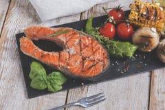 Lapje vlees geroosterde zalm met groenten Royalty-vrije Stock Foto