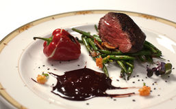 Lapje vlees met chocoladesaus stock foto
