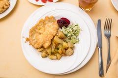 Lapje vlees met gebraden aardappels en koolsla Stock Foto's
