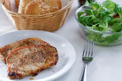 Lapje vlees met kleine salade Stock Fotografie