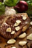 Lapje vlees met knoflook stock afbeelding