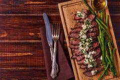 Lapje vlees met schimmelkaassaus met asperge wordt gediend die Royalty-vrije Stock Afbeeldingen