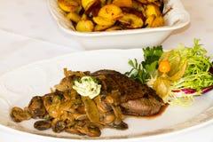 Lapje vlees met ui en paddestoelen Royalty-vrije Stock Afbeeldingen