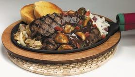 Lapje vlees op een warmhoudplaat Royalty-vrije Stock Afbeeldingen