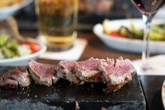 Lapje vlees op het hete steenplaat koken royalty-vrije stock afbeeldingen