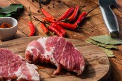 Lapje vlees twee met Spaanse peper, het poeder van cayennepeper en andere specerij royalty-vrije stock foto's