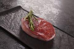 Lapje vlees van het luxe het ruwe verse rundvlees op zwarte stock afbeeldingen