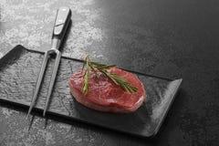 Lapje vlees van het luxe het ruwe verse rundvlees op zwarte stock foto's