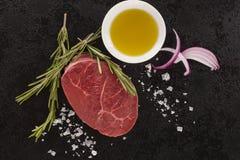 Lapje vlees van het luxe het ruwe verse rundvlees op zwarte stock foto