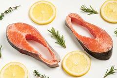 Lapje vlees van rode vissen, zalm met citroen, rozemarijn en thyme Forel op witte achtergrond royalty-vrije stock foto's