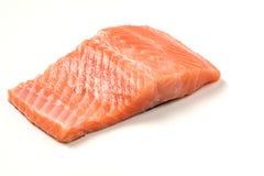 Lapje vlees van rode vissen, zalm met citroen, rozemarijn en thyme Forel op witte achtergrond stock foto