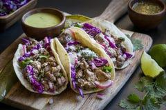 3 lapje vleestaco's met kalk en kool aan boord Stock Foto