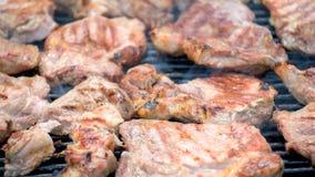 Lapjes vlees die op barbecue koken Stock Foto's