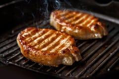 Lapjes vlees in een gietijzerpan Stock Foto's