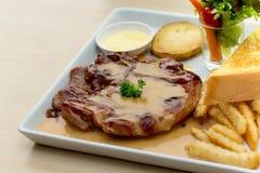 Lapjes vlees en Salade Royalty-vrije Stock Foto's
