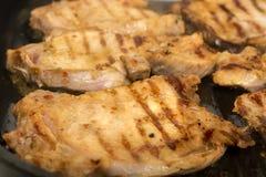 Lapjes vlees het gemiddelde braden in een grillpan stock afbeeldingen