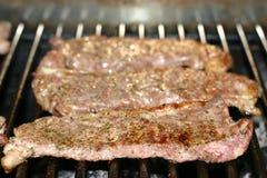 Lapjes vlees op een grill stock foto's