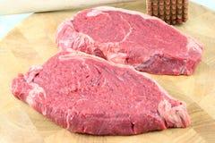 Lapjes vlees op een hakbord royalty-vrije stock fotografie