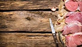 Lapjes vlees van ruw vlees met kruiden Op houten achtergrond Royalty-vrije Stock Afbeeldingen