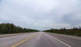 Lapland Finland, brede weg die een noodlandingplaats voor vliegtuigen is royalty-vrije stock fotografie