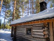 Lapland kabin i den vinterFinland vildmarken royaltyfri foto