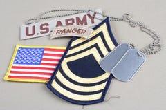 Lapp för fanjunkare för USA-ARMÉ frodig, kommandosoldatflik, flaggalapp och hundetikett arkivfoto