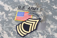 Lapp för fanjunkare för USA-ARMÉ frodig, luftburen flik, flaggalapp, med hundetiketten på kamouflagelikformign Royaltyfri Foto