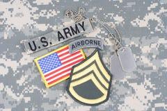 Lapp för sergeant för USA-ARMÉ frodig, luftburen flik, flaggalapp, med hundetiketten på kamouflagelikformign Royaltyfria Foton