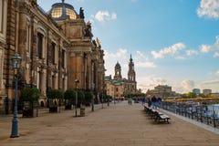 Lappa gator med lampor för tappninglyktagatan av den gamla historiska mitten av Dresden, Tyskland royaltyfri foto