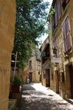 Lappad gata på värld-berömd St Emilion, Frankrike Royaltyfri Bild