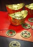 Lappar av guld-, och kinesen myntar Royaltyfri Foto