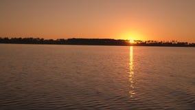 Lappar av ljus av solen på havet vinkar Härlig reflexion av en solnedgång stock video