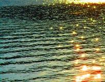 Lappar av solljus på vattnet royaltyfri foto