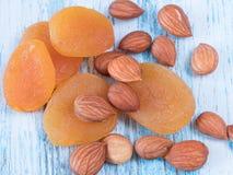 Lappar den torkade aprikons för bakgrundsmuttrar travd bakgrund av torkat f Royaltyfria Bilder
