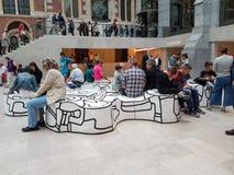 Lappar freeform konst för vit och för svart användas av besökare till Rij Royaltyfria Bilder