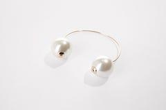 Lappat örhänge för vit pärla Royaltyfri Foto