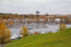 LAPPEENRANTA, de mening van FINLAND A van het douanekantoor in de haven van meer Saimaa Royalty-vrije Stock Fotografie