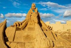 Lappeenranta Finland Augusti 15, 2016: Drakeskulptur i sanden på medeltiden, på den sandiga skulpturfestivalen i Lappeen Arkivfoto
