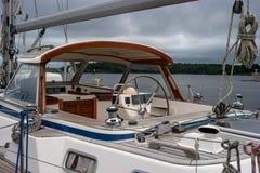 Lappeenranta, Finland - Juli 29, 2016: Stuurwiel en dashboard op een jacht De boot is bij het dok kapitein Royalty-vrije Stock Foto