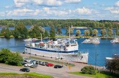 Lappeenranta Finlandia Biała łódź na Saimaa jeziorze Zdjęcie Stock