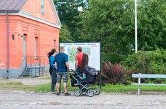 Lappeenranta Finlandia Ludzie patrzeją mapę Zdjęcia Royalty Free