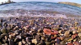 Lapping apacible en los guijarros de la playa, Grecia de la agua de mar almacen de metraje de vídeo