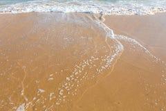 Lapping mediterráneo hermoso del agua en la orilla Imagenes de archivo